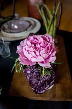 I stället för att bara ha en stor blomsterbukett på bordet kan man dela upp den och sätta ut små vaser med ett par blommor i varje. Vaserna är Catharina Lindeberg-Bernhardssons privata.