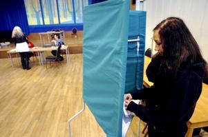 Carrolina Wessberg fyller 18 år senare i år fick därför nöja sig med att rösta i skolvalet. - Jag är inte så insatt i vad de olika partierna står för, men det har jag ju fyra år på mig att ta reda på, sa hon när hon lade sin röst.