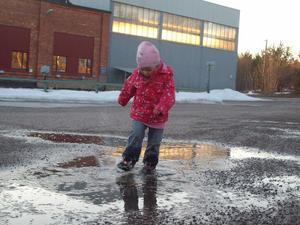 Vattenpölar verkar ha en dragningskraft på små barn som inte kan låta bli att gå i dem. Min dotter Maja, som blir 3 år i sommar, hade redan hunnit springa ner i vattenpölen och blött ner sig, så jag lät henne hållas och passade på att fånga henne på bild. Hennes lycka gick inte att ta miste på!