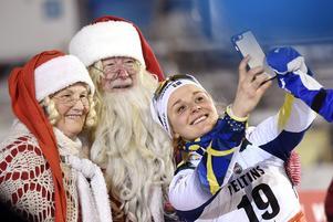 Stina Nilsson passade på att ta ett foto med tomten och tomtemor under Världscupen i Ruka.