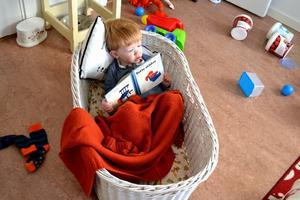 Mitt barnbarn Isak tar en paus med en god bok om hur andra städar. Röran omkring sig kommer han senare ta sig an med glädje.