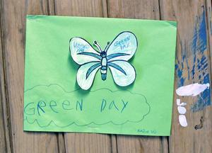 """Även i år deltar skolbarn från Järbo. Många fjärilar flaxar i """"Åstugan""""."""