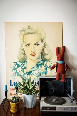 """Betty David-affischen har hängt med sedan Miriam var tonåring. """"Den där Betty Grable- skylten har hängt med mig jämt och den markerar lite grann var jag bor"""", säger Miriam Parkman."""