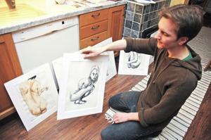 """Tim Dillner går sista året på konstskolan i Gävle. Till hösten ska han söka vidare bland annat till konstfack i Stockholm. Om det inte blir studier ska han försöka försörja sig på konsten. """"Jag får nog ha ett jobb på sidan också"""", säger han."""