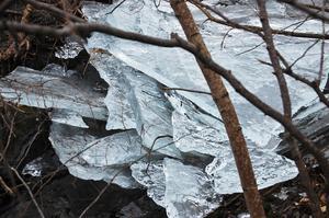 Gick över gångbron vid Kättingfabriken i Ramnäs och fick se att isen hade börjat röra på sig. Lite tidigt är det ju tycker jag.