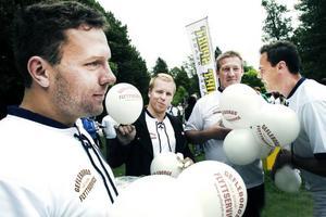 Ballongblåsare. Henrik Wigren, Adam Alsin, Michael Jonsson och Mats Jonsson från Gefleborgs flyttservice blåste ballonger till festdeltagarna.
