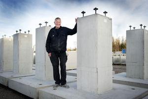 Botnia Betongs Anders Jonsson med några av de stora betongfundament på 4,7 ton som ska levereras till ställverksbyggen.