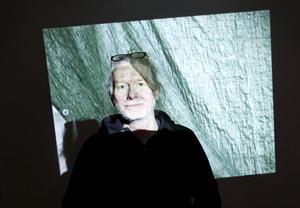 LEVANDE MÅLNING. Jan Annderborns videoinstallation som visar en presenning fyller ett av rummen i Sandvikens konsthall.