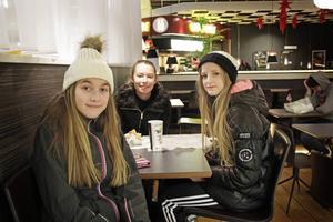 Elin Hedlund, Ester Endal och Sara Rannström går gärna på stan tillsammans för att shoppa eller fika.