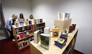 Uppfyller Norrtäljes skolbibliotek skollagen? Det är en fråga Jakob Jakobsson i Bibliotekens vänner vill ha svar på. Bilden är från Roslagsskolan och tagen i samband med NT:s serie om unga och läsning, som publicerades i vintras.