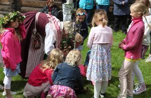 Barnen fick plantera två häggar efter midsommardansen var avklarad.