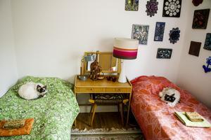 I gästrumet är retrokänslan påtaglig med keramiktavlor på väggarna och textilier från 60-talet.