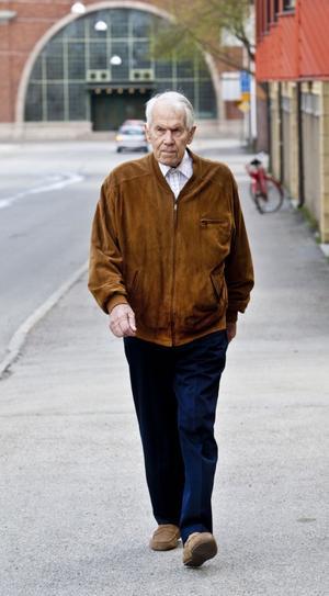 SPÄNSTIG 100-ÅRING. Bror Arfvelin har varit pensionär i 35 år, en ledighet han värdesatt högt och tagit väl vara på. Han har rest världen runt som segerrik tennisveteran och när höften sa nej spelade han golf i stället. 100-åringen går ut en stund varje dag för att handla i närbutiken.