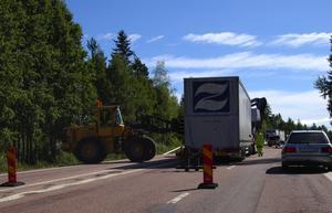 Vägarbete. Fram till mitten av september kommer arbetet med den nya beläggningen att fortgå på riksväg 70, mellan Mora-Noret och Fu. Den första insatsen består av att montera ner mitträcket på sträckan mellan rondellen och Moraklockan. Foto:Dan Havemose