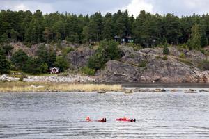 Två personer  i sjönöd men ingen verkar lyfta ett finger för att rädda dem.