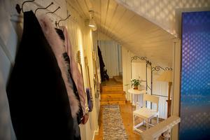 Den trånga hallen med snedtak leder till ett av sovrummen via en liten trappa.