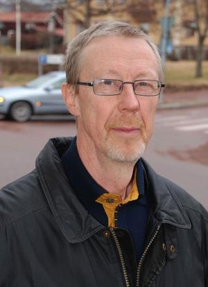 Lennart Allvins roman Det bruna paketet har brister vad gäller dialogen och karaktärsteckningen, anser recensenten Anders Lagerquist.