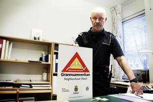 Per Yngve Velander kommer snart att kunna dela ut skyltar om grannsamverkan till boende i området Nymåla i Stugsund. Där har flera villaägare visat intresse för att organisera sig i kampen mot inbrottstjuvarna.