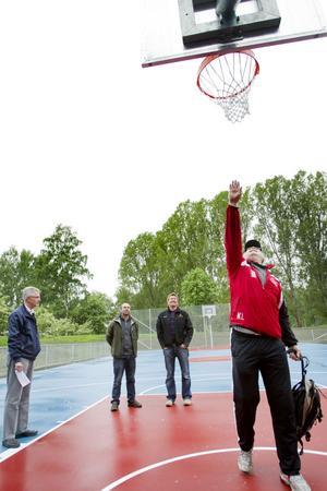 Projektledare Bertil Paulsson, Jim Peter och Martin Jäderström från BJ Markbyggnad kollar när Krister Lindmark, alias Mr Basket, kontrollerar att korgen sitter på rätt höjd.