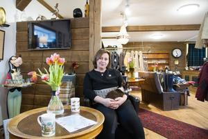 Annika Yngvesson har drivit en klädaffär i Isaksbo sedan 2013. I sommar slår hon igen butiken och får mer tid för annat, exempelvis hunden Ester i knät.