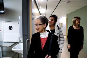 Landstingsrådet Jacomina Beertema (M), hälso- och sjukvårdsdirektören Margareta Berglund Rödén och akutmottagningens enhetschef Katharina Lindberg vandrade runt i akutens nyinvigda lokaler.