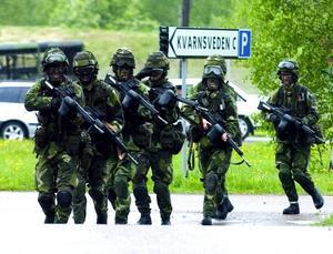 På språng. Hemvärnet i Borlänge övade i lördags strid i bebyggelse i centrum och i Kvarnsveden. Foto: Mikael Forslund