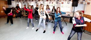 Om en dryg vecka, lördagen den 12 maj, är det dags. Fram till dess repar eleverna så mycket de hinner och skolschemat tillåter. Här är det dans till Candy Man, som får representera 30-talet i showen.