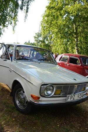Karin och Bengt Andersson har kaffepaus i sin Volvo 142 från 1969.