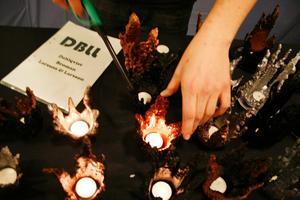 NYSKAPANDE. Av en restprodukt som i stålverket kallas krona gör eleverna i UF-företaget DBLL ljuslyktor som efter viss bearbetning målas i olika färger.