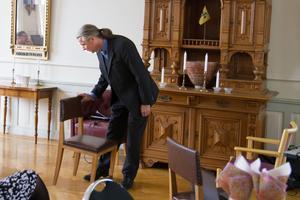 Klas Kullander, professor i medicinsk utvecklingsbiologi förklarar för inbjudna till utdelningen hur en inlärningsprocess för att minnas objekt som en stol, kan fungera och att de hoppas i sin forkningsgrupp kunna släcka vissa nervceller som då kan bidra till bättre närminne.