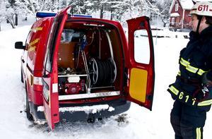 Större i framtiden. Mattias Persson, deltidsbrandman, Hallstahammar, visar upp den nuvarande bilen. Han hoppas att det även i framtiden ska finnas två förstahandsenheter på varje station.