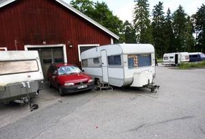Asfaltsläggarna övergav några rostiga husvagnar. Det blir Gävle kommun som får forsla bort och skrota dem.
