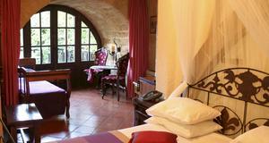 Rum i S Nikolis Hotel vid stadsmuren i Rhodos gamla stad.