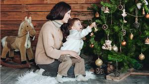 En naturinspirerad jul är trendig i år. Färgskalan går i grönt, brunt och vitt och pyntet är gjort av obehandlat trä och andra naturmaterial.