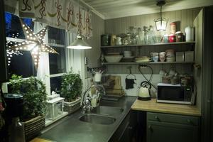 Köket har unika gardiner. Handmålade  av konstnären Sylvi Johansson efter Carl Larssons förlaga.