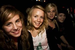 Kompisarna. Anna Juggas, Anna Rosenkvist , Frida Larsson och Caroline Arvidsson har åkt rån Gävle för att heja på Alice Svensson.