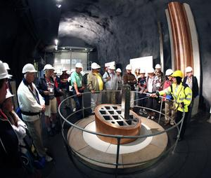 I varje kopparrör ryms tolv bränslestavar med använt uran. 6 000 rör ska omges av bentonitlera och förvaras i urberget i Forsmark.