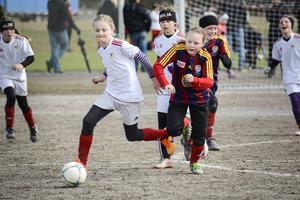 Det blev många täta matcher i årets gruscup, inte minst F11-semifinalen mellan Selånger och Alnö. Här syns Alnös Ines Fält i duell med Selångers Irma Byström.
