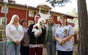 En del av den protesterande personalen. Från vänster Marie Jansson, Sussie Back, Dan Forsberg, Maria Bengtsson och Pernilla Hillrings med Tallgläntan i bakgrunden.FOTO: BENGT OLDHAMMER