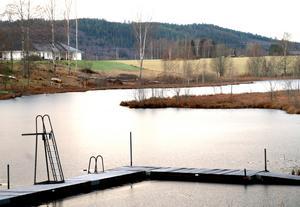Här på åkermarken, på andra sidan sjön från Nässjöbadet räknat, vill en politisk majoritet i Gagnef bygga ett nytt demensboende om 48 platser och med möjlighet till utökning av antalet platser.