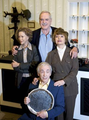 Connie Booth, John Cleese, Prunella Scales och Andrew Sachs, den gamla
