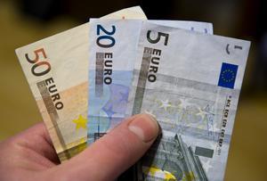 Vi behöver inte euron, men vi behöver det europeiska samarbetet, skriver Kent Johansson och Karin Broström.
