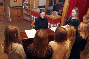 – Ikväll ska vi sjunga en visa om en skräddare och en råtta, berättar Emma Eriksson för barnen i den yngre gruppen.