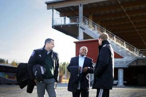 ÖFK:s ordförande Daniel Kindberg tillsammans med representanten för libyska fotbollsministeriet - Gooma Eshoshan (mitten) samt ÖFK:s tränare Graham Potter.