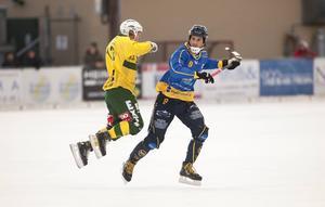 Klas Nordström i duell med Ljusdals BK:s Johan Berglund under säsongen som gick.