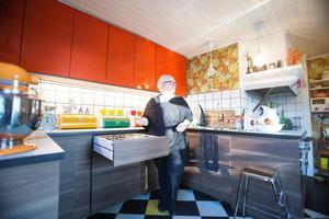 Först tänkte de ha köket i vitt och orange, men vid ett Ikeabesök kom Nicklas med förslaget att i stället kombinera färgen med valnötsträ.