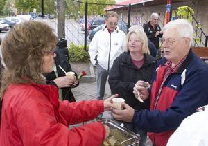 Ann-Louise Forslund, ordförande för Kommunal i Hallsta, delar ut ärtsoppa till Ingemar Welander.