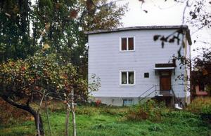 Omstridd funkis. Byggnadsnämnden gillade inte Bertil Lindberborgs platta tak och krävde att det skulle höjas. Linderborg protesterade och taket förblev platt.