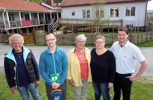 Janne Zetterlund, Robert Magnström, Christina Lind, Gunilla Busk och Daniel Lindquist med hjärtstartaren. I bakgrunden den nya uteplatsen på Fjällsol.