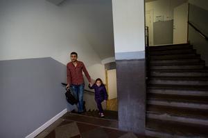 Zahraa slutar skolan klockan två. Här är hon och hennes pappa på väg hem till rummet på Gärdshyttan.